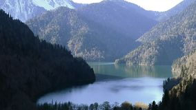 Lac Ritsa et les montagnes de Caucase en l'Abkhazie banque de vidéos