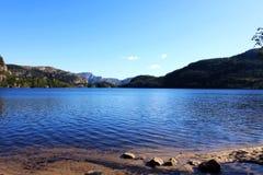 Lac, rivage et montagne Photo libre de droits