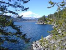 Lac rocheux de vue spectaculaire de Canada Photos libres de droits