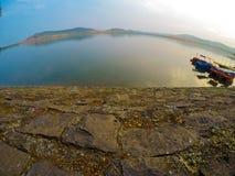 Lac rond avec des bateaux Image stock