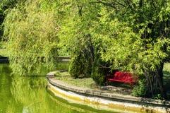 Lac rouge lumineux de banc et d'émeraude Photo libre de droits