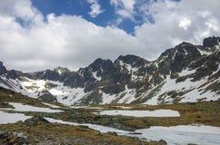 Lac Rozen dans les hautes montagnes de Tatra près de la crête et du Strbsk de Rysy Images stock