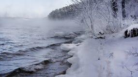 Lac russe winter - l'eau, brume, forêt de neige et montagnes Photographie stock libre de droits