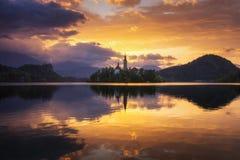 Lac saigné La belle montagne a saigné le lac avec petit Pilg photo stock