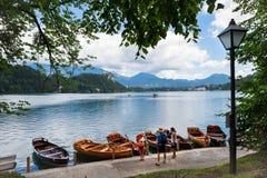 Lac saigné, Slovénie, le 13 juillet 2017 Vacances de famille sur des bateaux photo stock