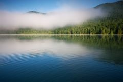 Lac saint Anna dans un cratère volcanique en Transylvanie Photographie stock libre de droits