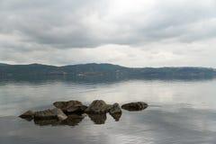 Lac Sapanca et ciel nuageux Photos stock