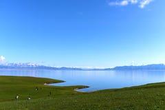 Lac Sayram en ciel bleu Photo stock