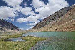 Lac scénique de hautes montagnes Photographie stock