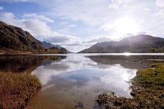 Lac Shiel de loch aux montagnes Ecosse de Glenn Finnan Image stock