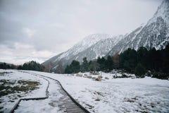 Lac snow sur un dessus d'une montagne image libre de droits
