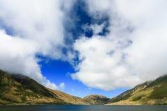 Lac sous le ciel nuageux Photos libres de droits
