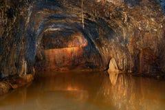 Lac souterrain dans la grotte des fées Photographie stock libre de droits