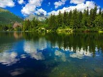 Lac Strbske Pleso avec la montagne sur le fond Images libres de droits