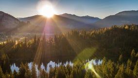 Lac Suisse 4k aérien de montagnes de lever de soleil banque de vidéos