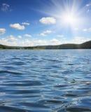 Lac summer avec des ondes Photos stock