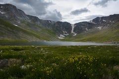 Lac summit sur le chemin de monter Evans Images stock