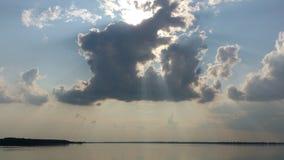 Lac, Sun derrière les nuages Photo stock