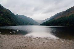 Lac supérieur Glendalough en montagnes de Wicklow, Irlande images libres de droits