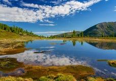 Lac sur des montagnes Khamar-Daban Photographie stock libre de droits
