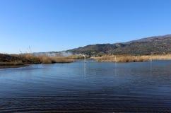 Lac, surface de nature et d'eau, scène sauvage et montagnes Photographie stock