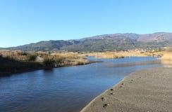 Lac, surface de nature et d'eau, scène sauvage et montagnes Photo stock