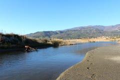 Lac, surface de nature et d'eau, scène sauvage et montagnes Photo libre de droits