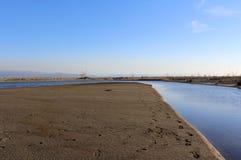 Lac, surface de nature et d'eau, scène sauvage et montagnes Image stock