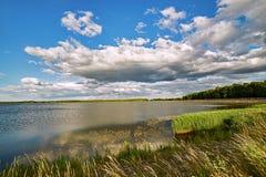 Lac Swierklaniec, Pologne - les beaux nuages accrochent au-dessus de la surface du ` s de l'eau photographie stock libre de droits