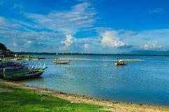Lac Taungthaman dans Amarapura, et canoë de touristes Photo libre de droits