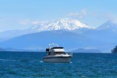 Lac Taupo et dessus de neige des volcans, Nouvelle-Zélande images libres de droits