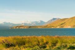 Lac Tekapo avec le fond de montagne et de ciel bleu d'espace libre images stock