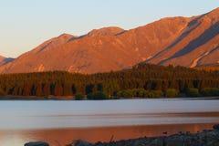 Lac Tekapo et Alpes du sud au coucher du soleil, île du sud, Nouvelle-Zélande photo libre de droits