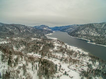 Lac Teletskoye à l'hiver aérien Image stock