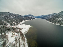 Lac Teletskoye à l'hiver aérien Photo stock