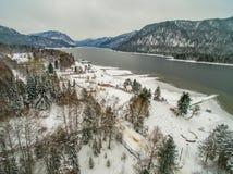 Lac Teletskoye à l'hiver aérien Photographie stock libre de droits