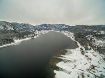 Lac Teletskoye à l'hiver aérien Photos libres de droits