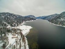 Lac Teletskoye à l'hiver aérien Photos stock