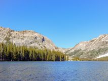 Lac Tenaya et un ciel bleu photographie stock libre de droits