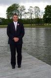 Lac tenu prêt par marié de sourire Photos stock