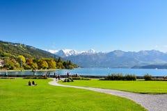 Lac Thun avec la montagne de Jungfrau en automne sur le ciel bleu clair, S Images libres de droits
