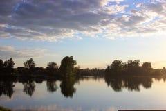 Lac tranquille au coucher du soleil Image stock