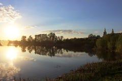 Lac tranquille au coucher du soleil Images stock