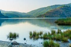 Lac tranquille dans les montagnes Photos stock