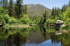 Lac tranquille de montagne pour la pêche et les réflexions photos stock