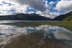 Lac transparent avec des nuages avec les nuages se reflétants images libres de droits