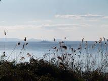 Lac Trasimeno avec Castiglione del Lago dans la distance Photographie stock libre de droits