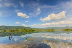 Lac tropical sous le ciel nuageux bleu Images libres de droits