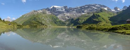 Lac Truebsee au-dessus d'Engelberg sur les alpes suisses photos stock