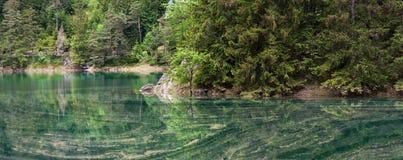 Lac turquoise au coeur de l'Autriche Photos stock